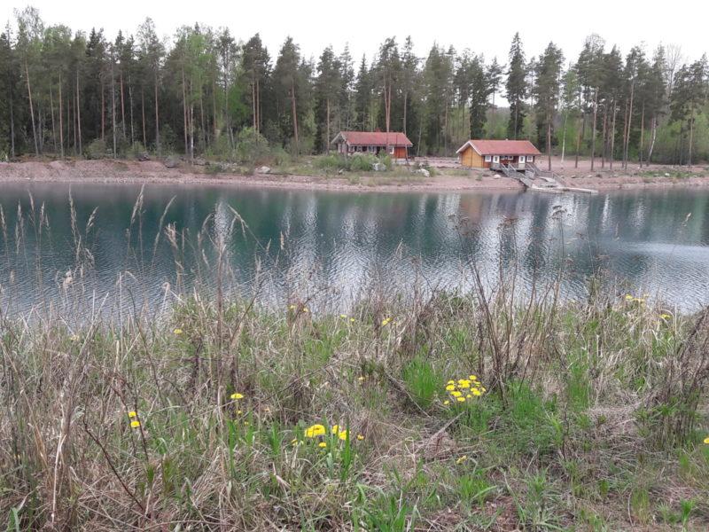 Melliläjärven sauna järven takaa